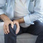 Ist der Einsatz einer Vibrationsplatte bei Arthrose sinnvoll? Diese Übungen helfen wirklich!
